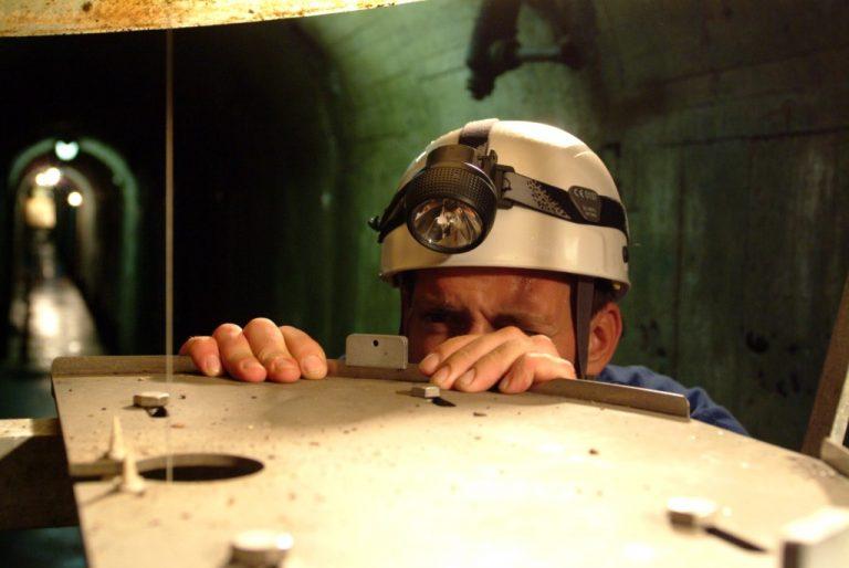Agent EDF en cours d'auscultation dans un barrage