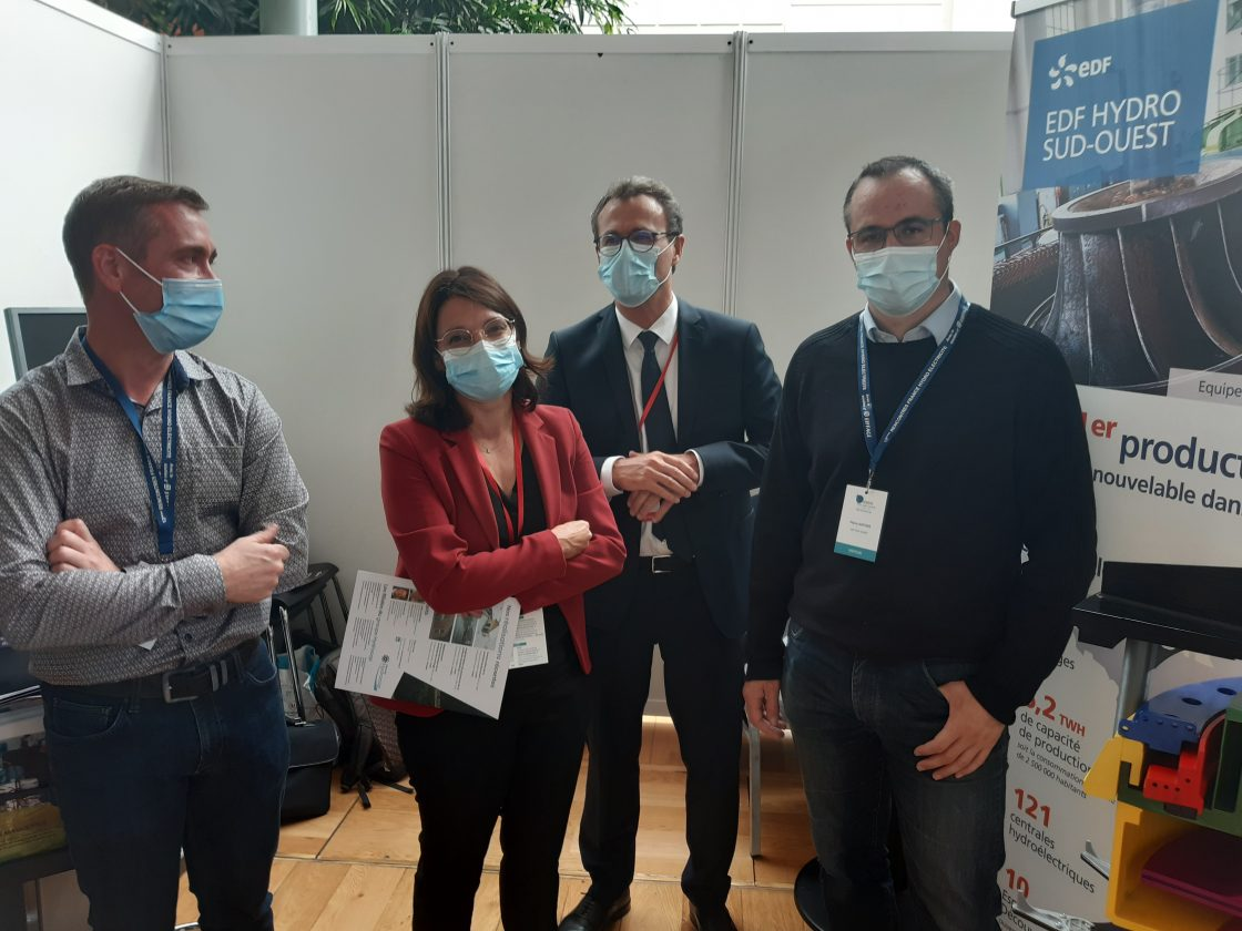 Christine Etchegoyen sur le stand EDF Hydro avec les représentants du GMH