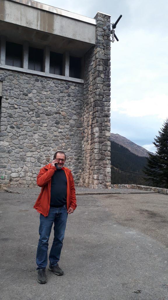 Jean-Pierre Cazaux, maire d'Arrens-Marsous, téléphone depuis la cour de la centrale EDF de Migoelou
